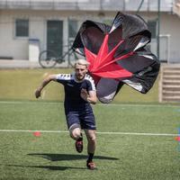 Les parachutes de vitesse @4trainer_officiel  ont été conçus suffisamment larges pour que la prise au vent soit optimale.💨💨💨  Ils se gonflent en 3 foulées seulement !  Conseil du coach : À utiliser aussi avec une petite brise latérale pour davantage d'efficacité au niveau des appuis et de la proprio en plus de la vitesse 😉 . 📸 @hellosportpack ⚽️ @bfpreparateur   #4trainer #preparationphysique #vitesse # sprint #parachutes #enstock